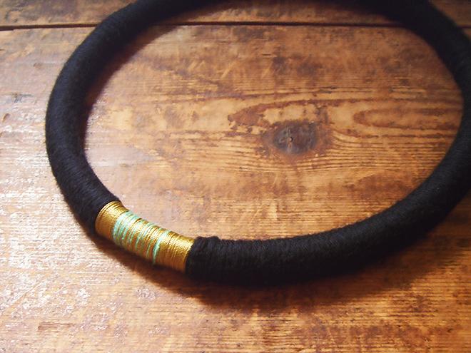 wollkette-schwarz-gold